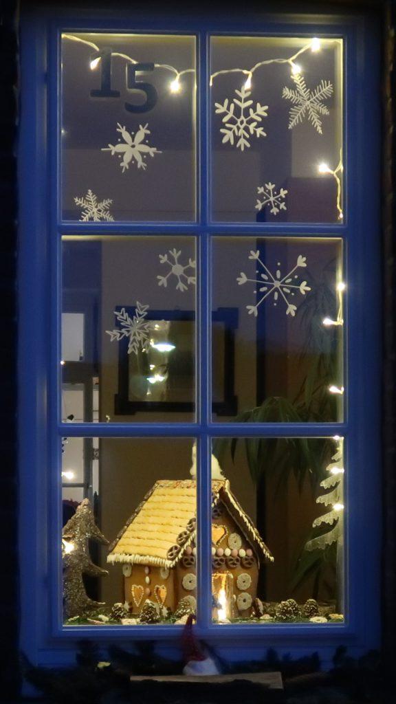 Fenster Lebkuchenhaus lebendiger Adventskalender