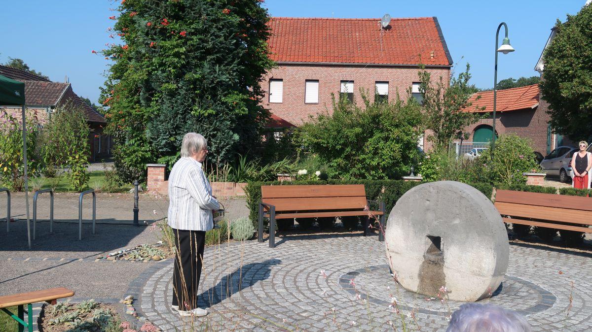 Segnung des Brunnens durch Hedwig Klein
