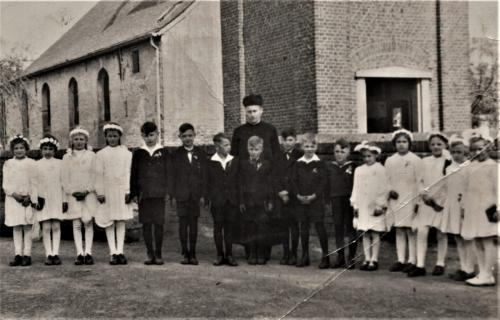 Historisches Rickelrath Kommunionkinder vor der alten Kirche